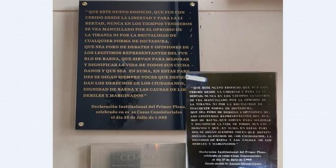 Comparativa de una de las placas ubicadas en la entrada del Ayuntamiento de Baena. Foto: PSOE Baena