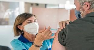 Un hombre de más de 50 años recibiendo la segunda dosis de la vacuna contra el covid. Foto: Ayuntamiento de Baena.