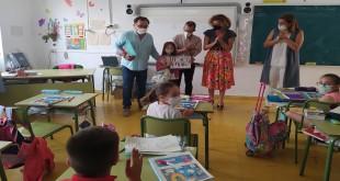 Entrega de uno de los premios del concurso de dibujo 'Ponte en mi lugar'. Foto: TV Baena.