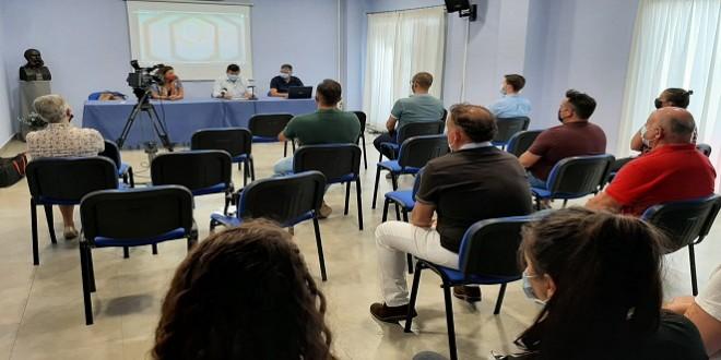 Entrega de diplomas a los participantes en los Talleres de Cocina y Fontanería. Foto: TV Baena.