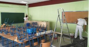 Labores de mantenimiento en un colegio público de Baena. Foto: Archivo TV Baena.