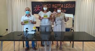 Entrega del cheque de 2.600 euros a la Junta Local de la AECC recaudados en la I Urban Trail Almedina organizada por el Club Media Legua. Foto: TV Baena.