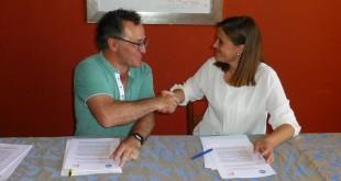 Cristina Piernagorda (PP) y Ramón Martín (Cs) se felicitan tras la firma, en junio de 2019, del pacto para la alternancia en la Alcaldía. Foto: Archivo TV Baena.
