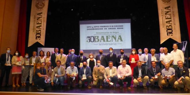 Foto de familia de los premiados y autoridades en el acto de entrega de los XXVII y XXVIII Premios a la Calidad de la DOP Baena que han tenido lugar hoy en Castro del Río. Foto: TV Baena.
