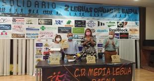Entrega del cheque por 5.000 euros a la Asociación de enfermos de Alzhéimer recaudados por el CD Media Legua. Foto TV Baena.