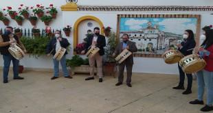 Imagen de archivo de un grupo de baenenses tocando el tambor con mascarilla. Foto: TV Baena.